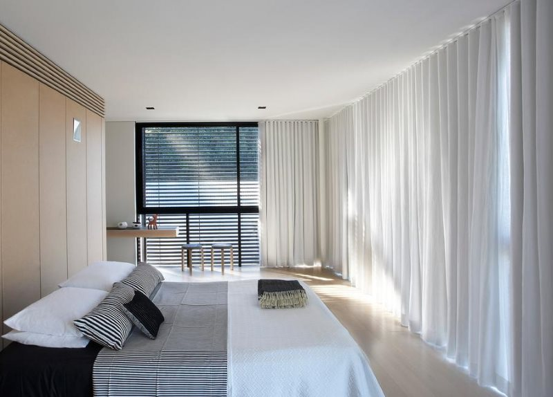 Оформление шторами спальни в стиле минимализма