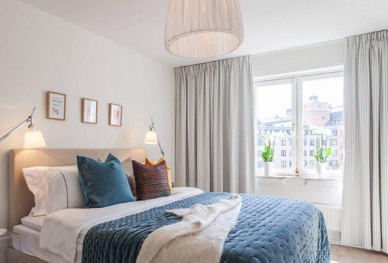 Светлые шторы в интерьере спальни