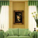 Симметричные зеленые шторы с картиной на простенке между ними