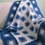 Сине-голубой плед из бабушкиных квадратов крючком
