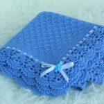 Синий вязанный плед с ажурной окантовкой