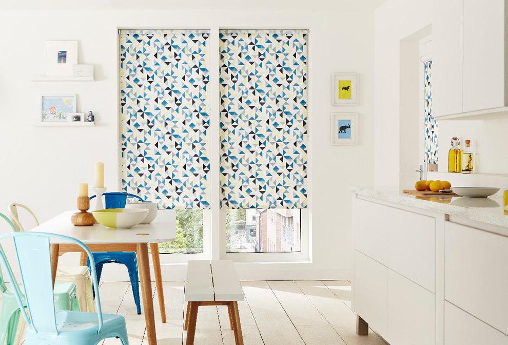 Рулонные шторы на окне белой кухни
