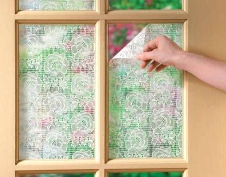 Снятие куска тюля со стекла деревянной рамы