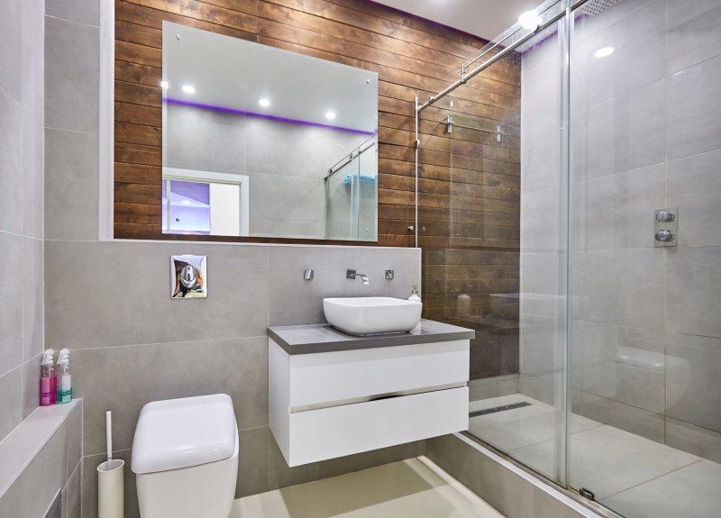 Раздвижная перегородка в ванной комнате современного стиля