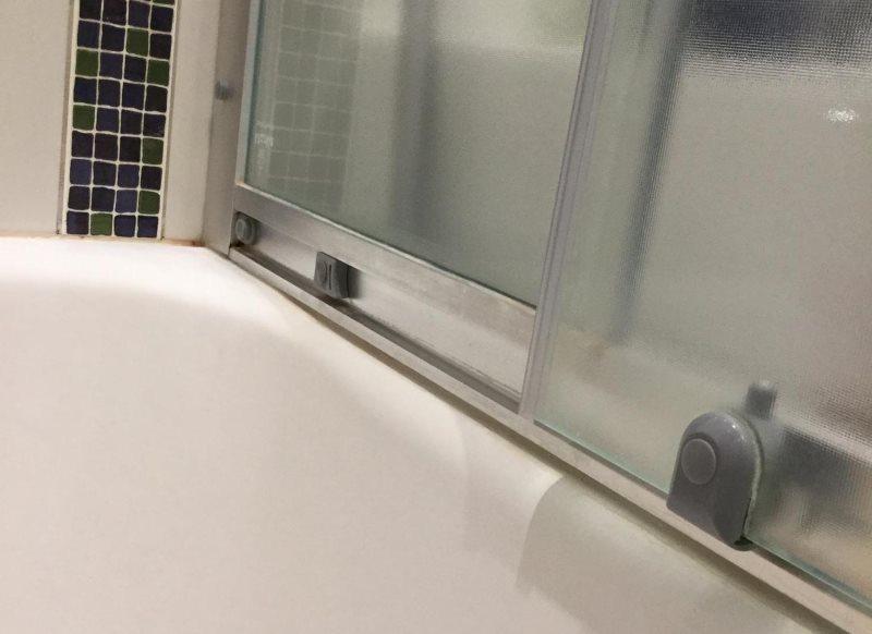 Матовая поверхность стеклянных створок шторки в ванной комнате