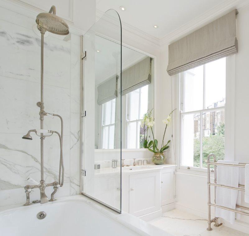 Короткая перегородка из стекла на бортике ванной