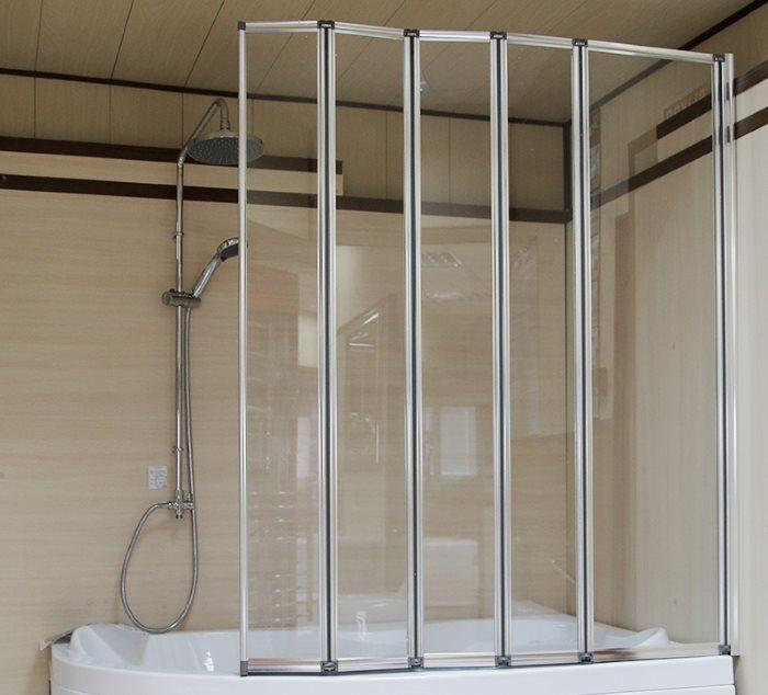 Многосекционная шторка складного типа в ванной комнате