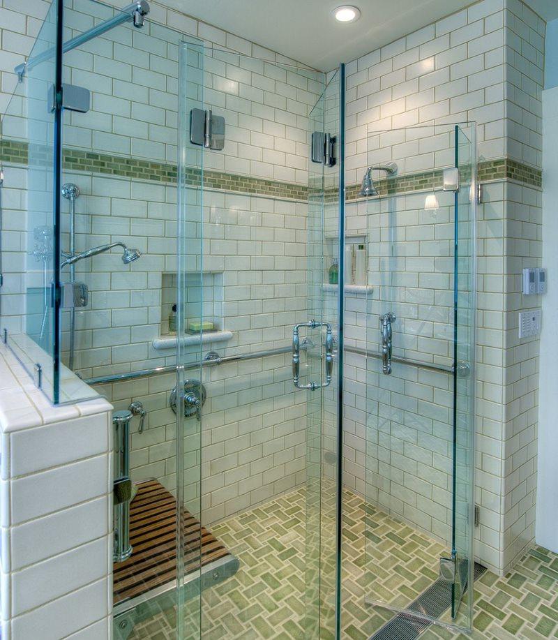 Стеклянные дверцы в ванной с душевой кабиной