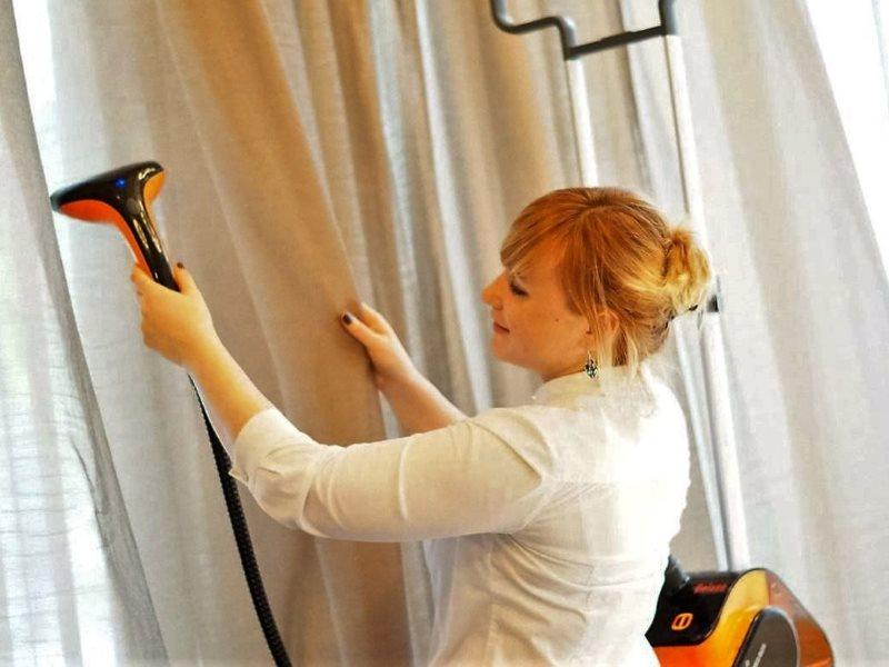 Очистка занавески на карнизе от пыли в домашних условиях