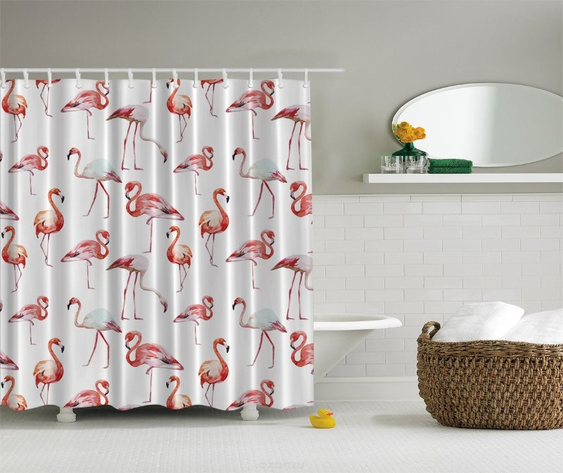 Розовый рисунок на белой занавеске в ванной