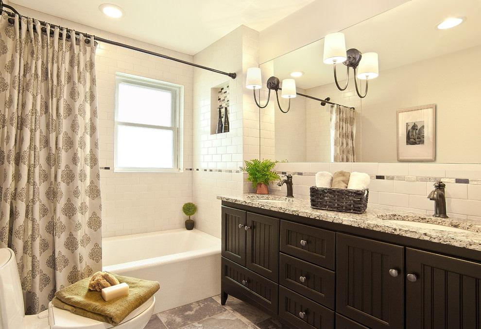 Шторка пастельных тонов над белой ванной
