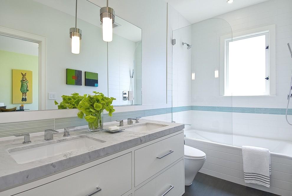Прозрачная шторка из стела в ванной комнате с окном