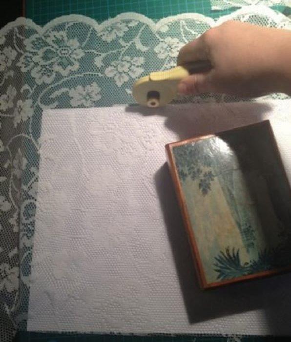 Вырезание заготовки из тюля для оклейки стекла