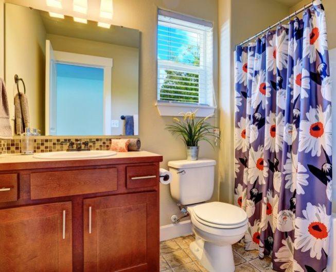 Крупные цветы на полотне шторки в ванной
