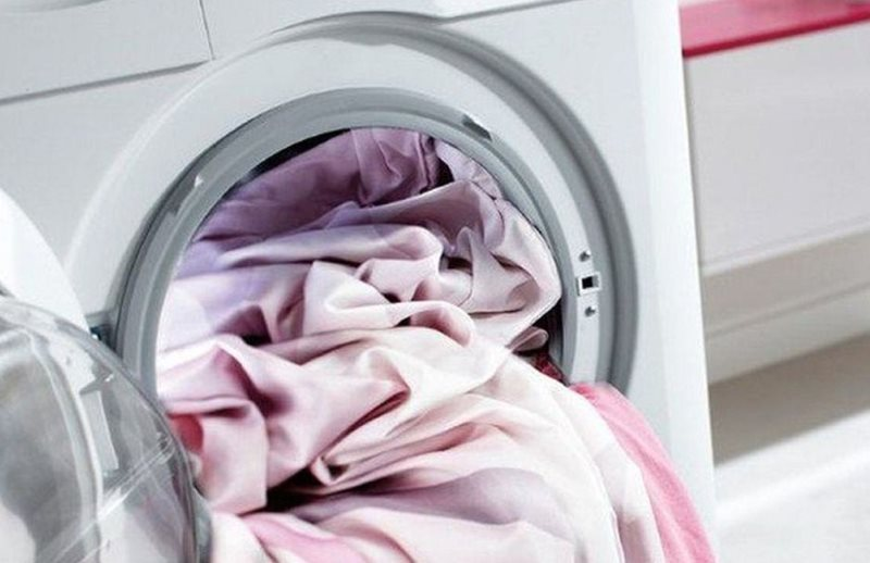Загрузка занавесок в барабан автоматической стиральной машины