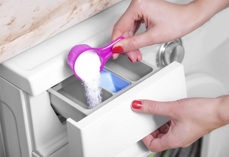 Засыпаем стиральный порошок в отсек машинки