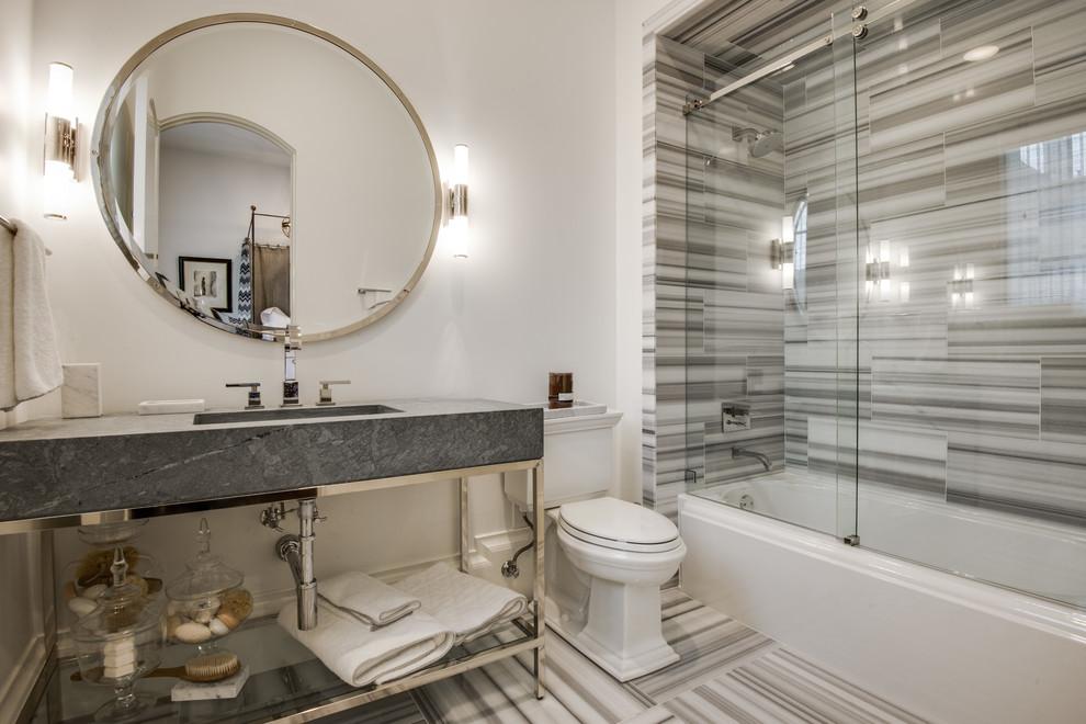 Овальное зеркало в ванной с раздвижной перегородкой