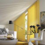 Желтые жалюзи на трапецевидное окно