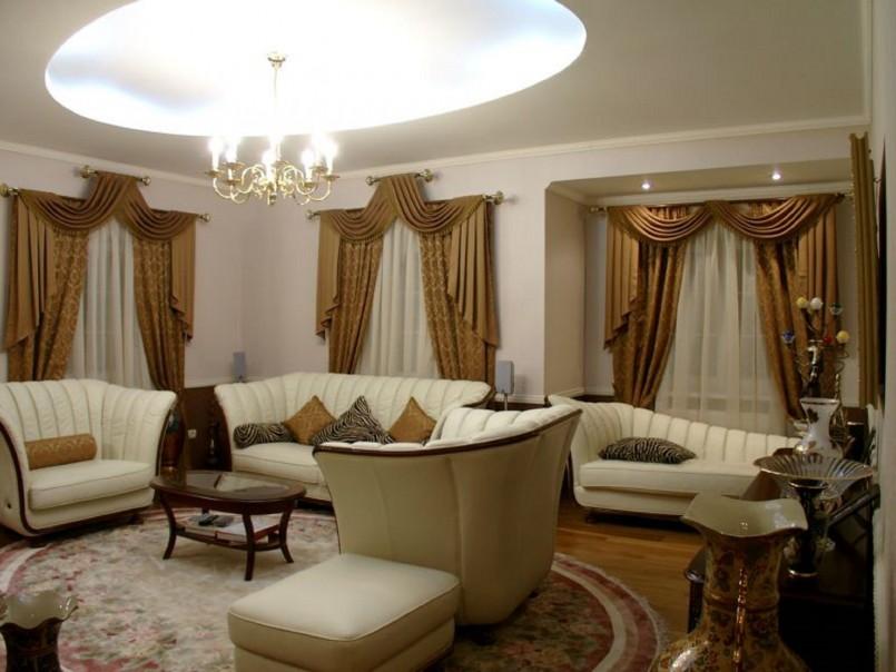 классические шторы в зале