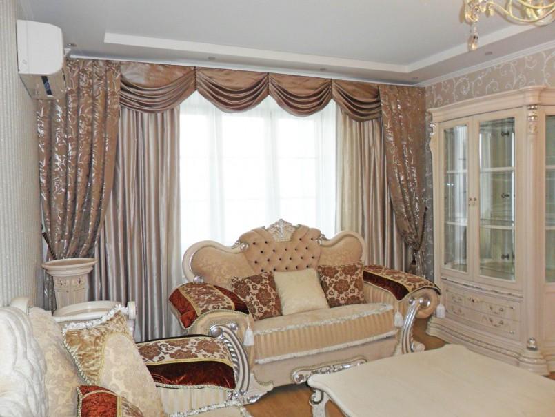 зал с классическими шторами