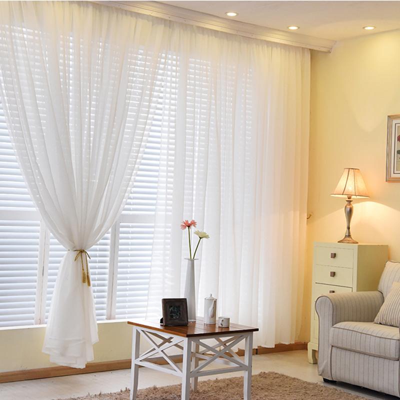 Легкая вуаль белого цвета на окне с жалюзи
