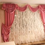 Бело-розовые красивые шторы с ламбрекеном