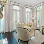 Белоснежные шторы с жесткими ламбрекенами для уютнгой и светлой гостиной