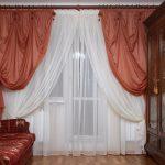 Белые и кирпичные воздушные шторы для классической гостиной