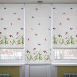 Белые рулонные шторы с рисунком для балконной двери и окон