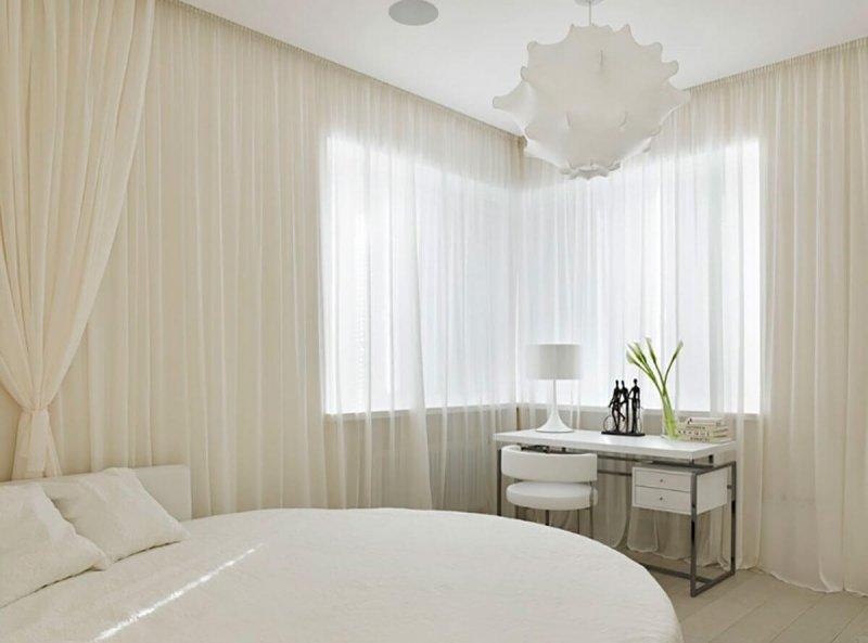 Белый тюль в интерьере спальной комнаты