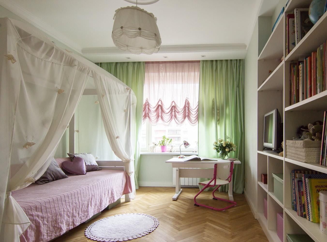 цветной тюль в интерьере спальни