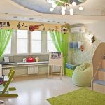 Зеленые занавески на окне детской комнаты