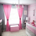 Розовые занавески в комнате для новорожденного