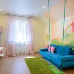 Синий диван в детской комнате