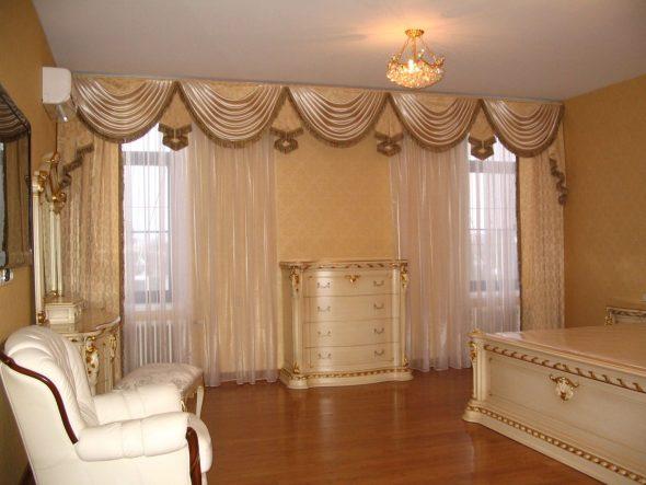 Красивые ламбрекены для светлой спальни