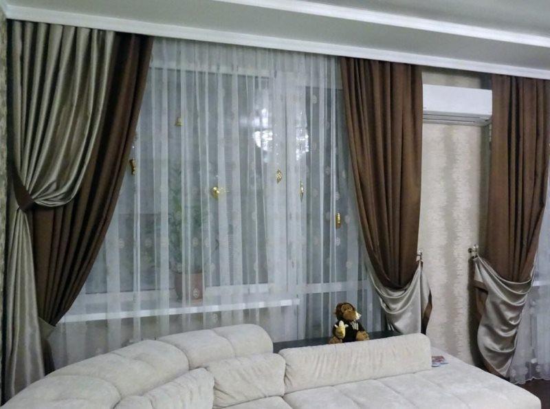 Двойные портьеры на скрытом карнизе в гостиной