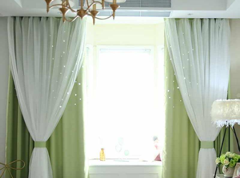 Декор окна гостиной двойными шторами на скрытом карнизе