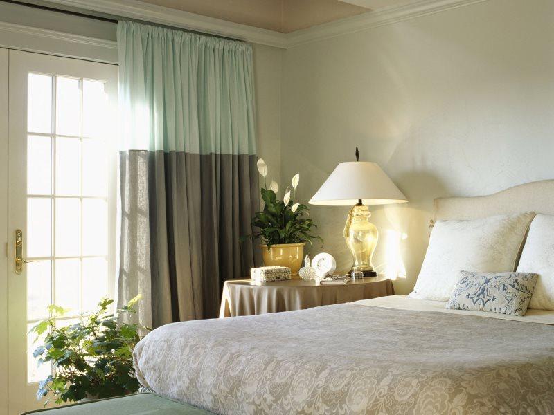 Двухцветные шторы в интерьере спальной комнаты