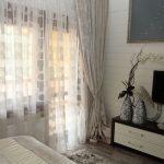 Тюль с орнаментом в интерьере спальни
