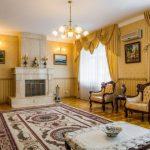 Желтые занавески в большой гостиной