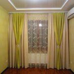 Салатовые и бежевые шторы на окне в узкой комнате