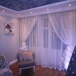Пример декорирования окна гостиной занавесками из тюля