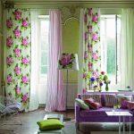 Крупные цветы на шторах в гостиной