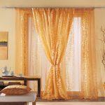 Красивые шторы с золотистым орнаментом