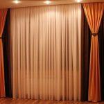 Трехцветные шторы в интерьере гостиной