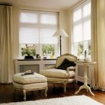 Белые шторы-плиссе в паре с прямыми портьерами светлого тона