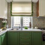 Римская штора в интерьере кухни с зеленой мебелью