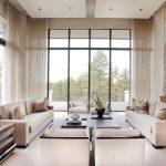Два дивана в гостиной с панорамными окнами
