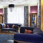 Декоративные светильники на фиолетовой стене