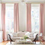 Розовые шторы на высоких окнах